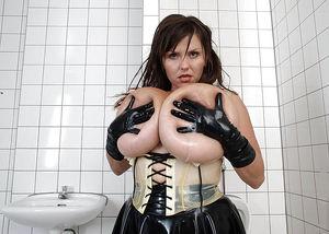 Milena Velba вывалила свою силиконовую грудь 2 фото