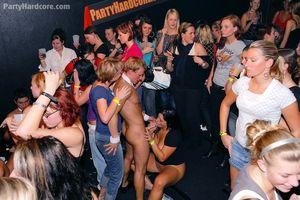Пьяные бабы набросились на пенисы стриптизеров во время вечеринки 9 фото