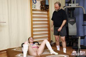 Спортивная брюнетка сосет и ебется с соседским дедом 6 фото