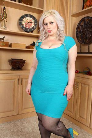 Блондинка с пышными формами 4 фото