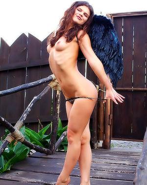 Голенькая брюнетка с черными крыльями 8 фото
