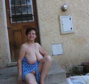 Бабуля без комплексов выставила свои титьки 12 фото