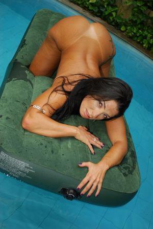 Обнаженная Monica Santhiago возле бассейна 19 фото