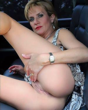 Зрелая женщина в автомобиле вывалила свои большие круглые буфера 11 фото