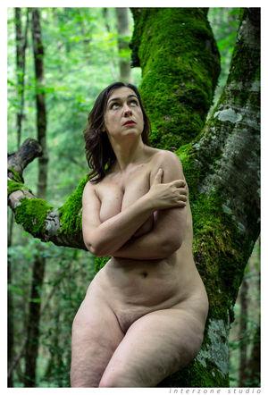 Сочная толстушка делает прекрасные фото на природе голышом 1 фото