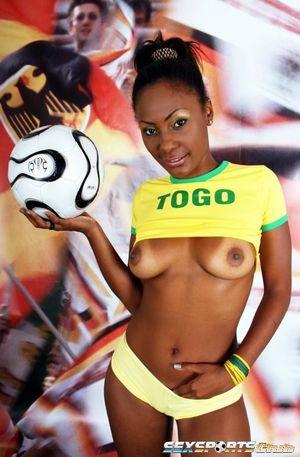 Красивая негритянка в футбольной форме 8 фото