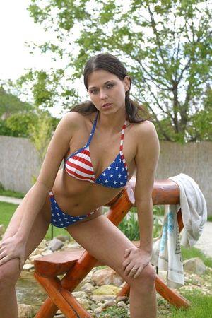 Нежная девушка во дворе своего дома сняла купальник и мощно соблазняет 4 фото