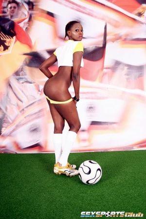 Негритянка фоткается, чтобы привлечь спонсоров к женскому футболу 8 фото