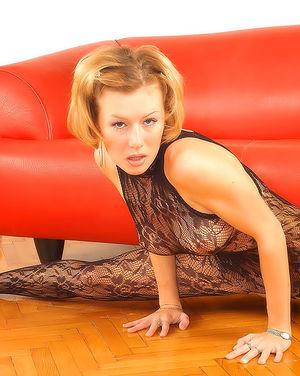 Гибкая гимнастка с короткой стрижкой снимает прозрачное одеяние 6 фото