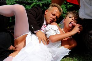 Невесту пустили по кругу дружки жениха 6 фото