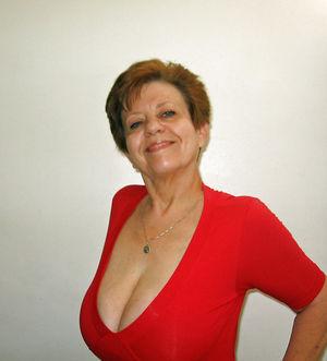 Бабуля в красном платье скинула с себя одежду