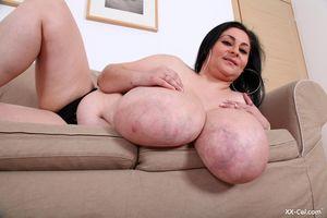 Темноволосая толстуха с огромной грудью с венами. 7 фото