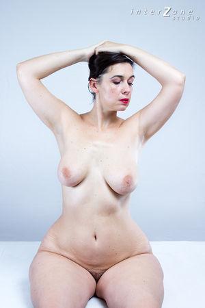 Дамочка показала свое прелестное тело 1 фото
