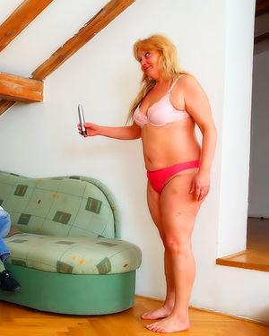 Молодые красотки соблазнили на лесби секс мамку одной из них 2 фото
