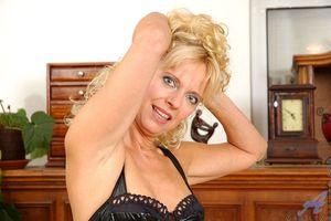 Сексуальная милфа в чулках и в корсете 4 фото