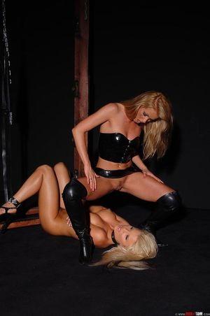 Лесбиянка доминирует над секси блондинкой 11 фото