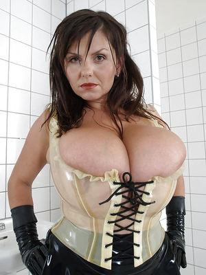 Milena Velba вывалила свою силиконовую грудь