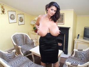 Знойная мамаша в черном платье 2 фото