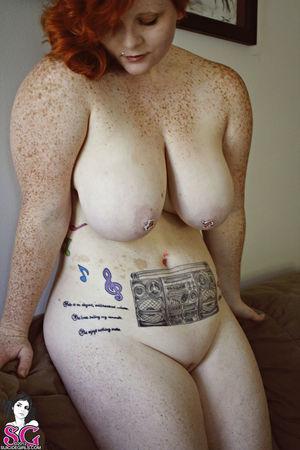Рыжая пышка с татуировками 7 фото