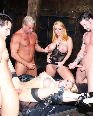 Две блонды участвуют в грубой групповухе с большим количеством спермы 8 фото