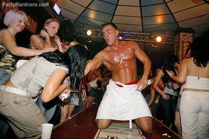 Пьяные девушки сосут мужикам в клубе 5 фото