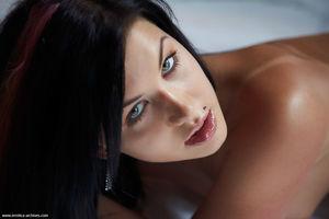 Красивая брюнетка эротично позирует перед камерой 5 фото