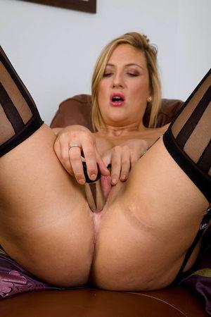 Дамочка в чулочках удовлетворяет себя на диване 11 фото