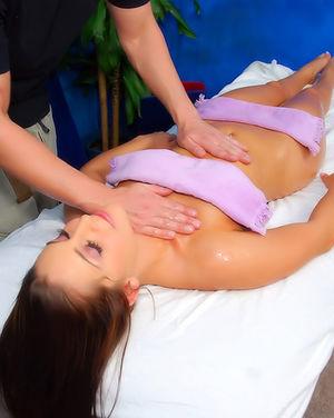 На сеансе массажа получила не только расслабление, но и еблю 6 фото