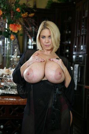 Зрелая блондинка с большими сиськами
