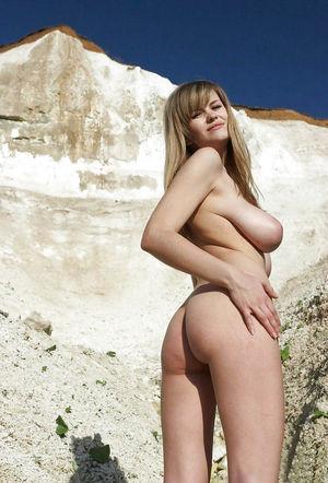Русская девушка во всей красе на природе 7 фото
