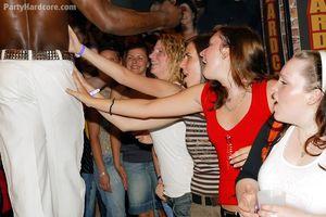 Во время вечеринки пьяные русские девушки сосут члены мускулистых стриптизеров 5 фото