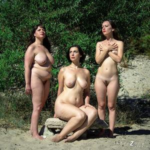 Голая тетка со своими подружками 8 фото