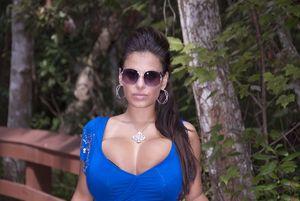 Брюнетка с крупной грудью 15 фото
