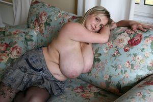 Мамка доит свои большие титьки. 12 фото