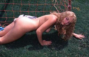 Чирлидерша мастурбирует на футбольном поле 7 фото