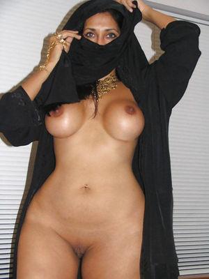 Женщины с широкими бедрами в мини бикини 10 фото