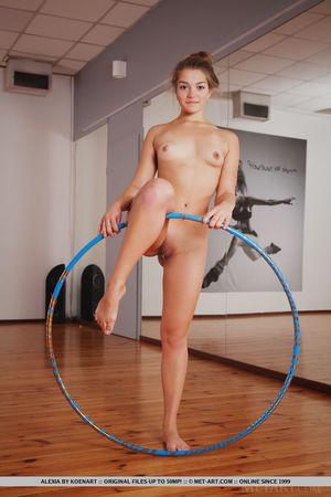 Рыжая гимнастка показала стриптиз с обручем 8 фото