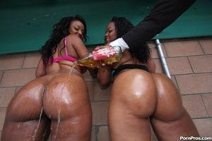 Две сисястые негритянки с большой жопой на черном парне 1 фото