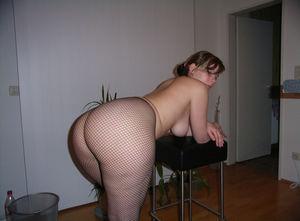 Пышная девка с большими ляжками и жопой 5 фото