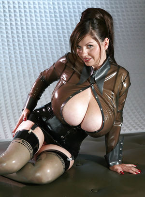 Милена Вельба показала свои огромные буфера.