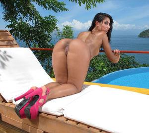 Мексиканка засунула в пизду вибратор 10 фото