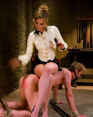 Блондинка трахает попку своего парня дилдо и страпоном 3 фото