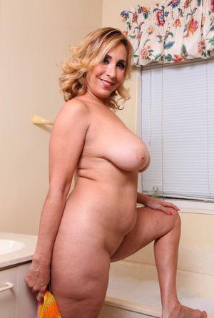 Зрелая блонди принимает ванну 1 фото