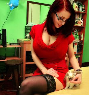 Любительница компьютерных игр показывает свои сиськи 2 фото