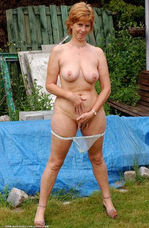Похотливая бабуля на даче оголила киску. 8 фото
