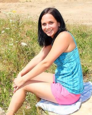 Девушка дрочит дилдо на природе 2 фото