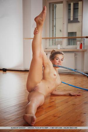 Рыжая гимнастка показала стриптиз с обручем 12 фото