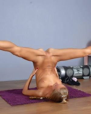 Спортсменка делает разминку обнаженной 10 фото