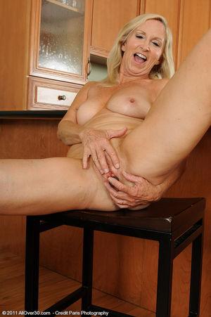 Сексуальная старушка мастурбирует на кухне 3 фото
