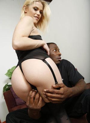 Негр с большим членом трахает покорную блондинку. 4 фото